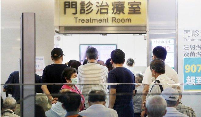 Bỏ lỡ thời điểm vàng tiêm vaccine, 1 lãnh thổ châu Á từng là hình mẫu chống COVID-19 lâm cảnh khốn đốn - Ảnh 1.