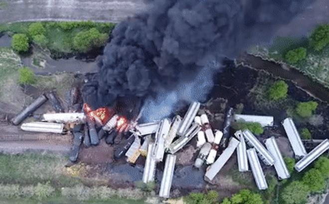Tai nạn kinh hoàng: Cầu sập khiến tàu hỏa trật đường ray rồi phát nổ dữ dội làm hơn 30 toa tàu ''chết đứng'', khẩn cấp sơ tán 3000 cư dân