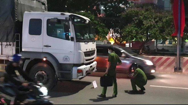Chồng ôm thi thể vợ gào khóc sau tai nạn với xe tải trên quốc lộ 13  - Ảnh 1.