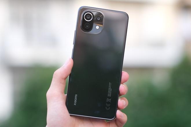 Trên tay Xiaomi Mi 11 Lite: Smartphone mỏng nhẹ và đáng mua nhất phân khúc dưới 7 triệu đồng - Ảnh 1.