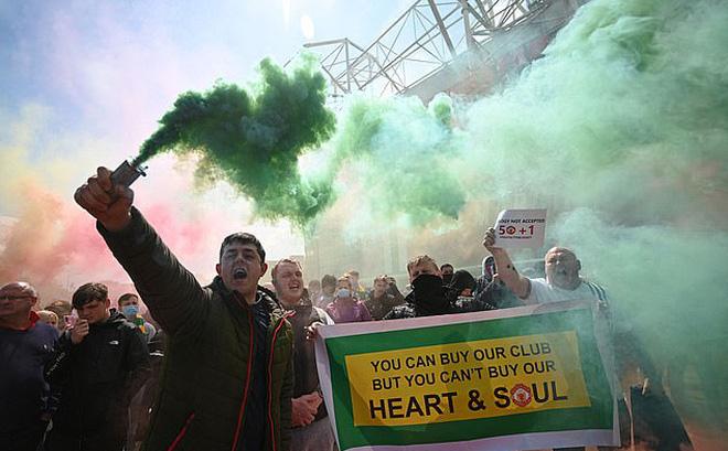 SỐC: Fan M.U chiếm sân Old Trafford trước đại chiến