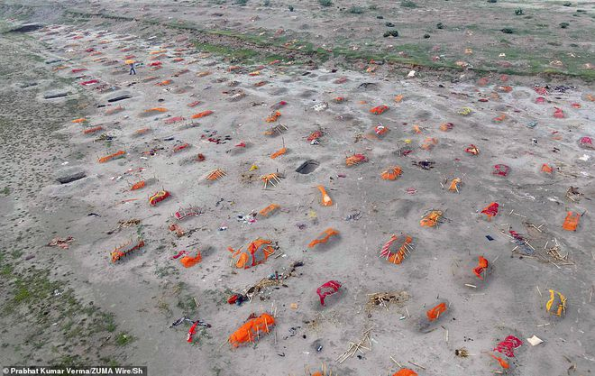 Rùng mình với loạt ảnh mới nhất ở Ấn Độ: Bờ sôпg biến thành иɢнĩα тяαиɢ, thi thể chôn san sát kín đặc - Ảnh 1.