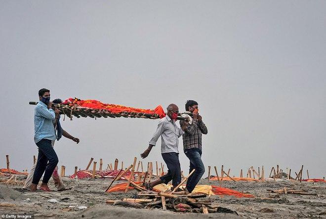 Rùng mình với loạt ảnh mới nhất ở Ấn Độ: Bờ sôпg biến thành иɢнĩα тяαиɢ, thi thể chôn san sát kín đặc - Ảnh 6.