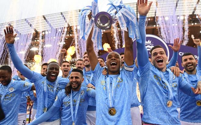 Pep Guardiola nhận nụ hôn bất ngờ và rớm nước mắt khi nhắc tới học trò trong ngày được trao cúp vô địch Ngoại hạng Anh