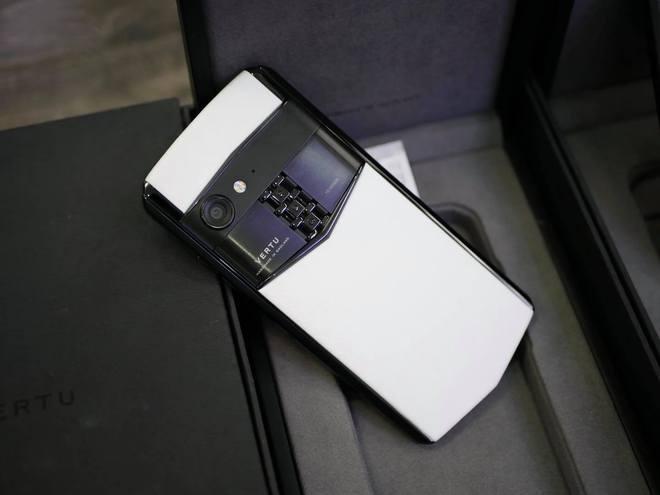 Đúng chuẩn doanh nhân thành đạt, những chiếc điện thoại của bà Nguyễn Phương Hằng cũng vô cùng đặc biệt - Ảnh 6.