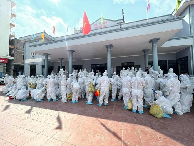 BS trong tâm dịch Bắc Giang: Quân của anh gục hết rồi!... Mọi người vẫn đang làm việc, cố cho xong - Ảnh 2.