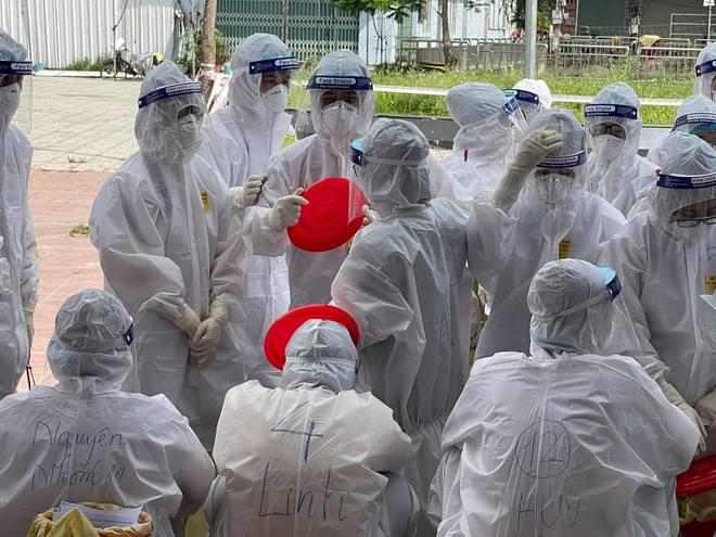 BS trong tâm dịch Bắc Giang: Quân của anh gục hết rồi!... Mọi người vẫn đang làm việc, cố cho xong - Ảnh 1.
