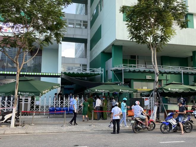 Khẩn: Đà Nẵng phong toả 1 khách sạn, tạm dừng tắm biển sau ca Covid-19 ở cộng đồng - Ảnh 2.
