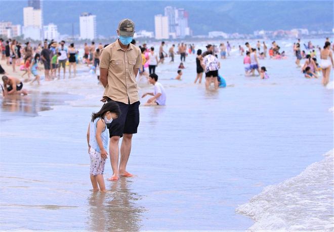 Khẩn: Đà Nẵng phong toả 1 khách sạn, tạm dừng tắm biển sau ca Covid-19 ở cộng đồng - Ảnh 1.