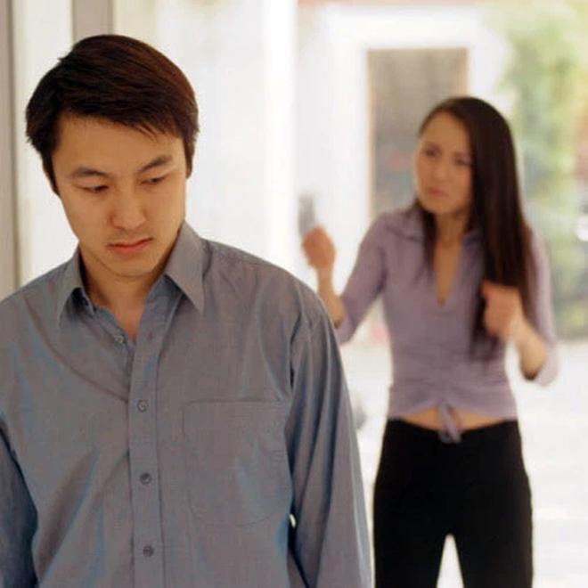 Chỉ thẳng mặt mắng chồng là kẻ ăn bám, người vợ bật khóc sau khi nghe con gái tiết lộ 1 sự thật - Ảnh 4.