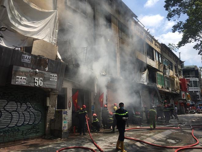 Tạm giữ nhiều người để điều tra vụ cháy dãy nhà ở trung tâm Sài Gòn - Ảnh 1.