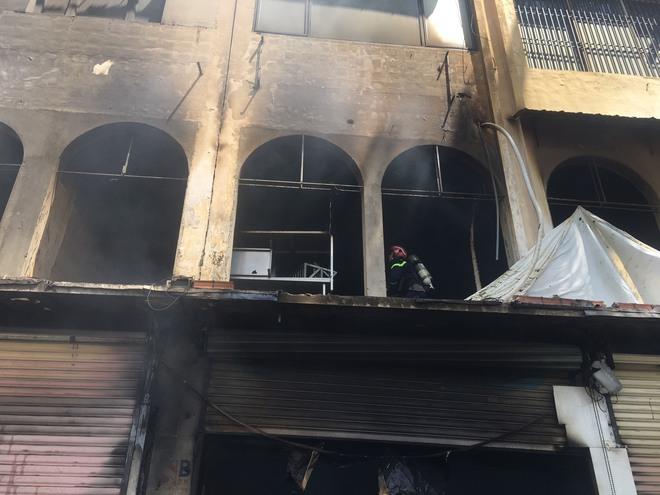Tạm giữ nhiều người để điều tra vụ cháy dãy nhà ở trung tâm Sài Gòn - Ảnh 2.