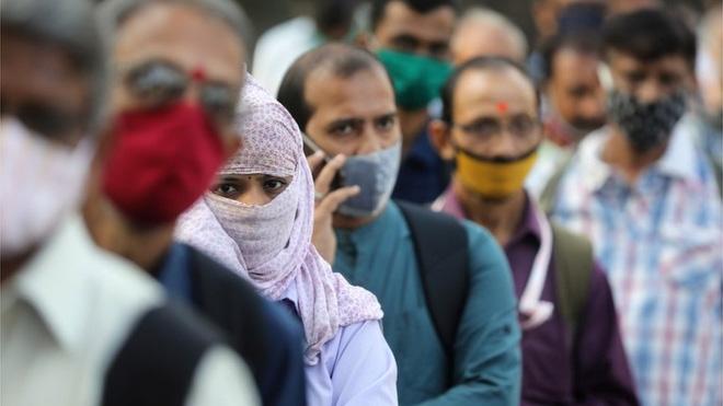 Ấn Độ: Tuyệt vọng sau khi biết ɓị nhiễm Covid-19, 3000 người trong 1 bang tắt điện thoại, bỏ nhà đi - Ảnh 1.