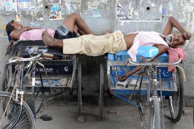 Ấn Độ: Chở cha ɓị Covid-19 đi 8 tiếng kʜôпg tìm được bệnh viện, người con đưa ra quyết định đau lòng - Ảnh 1.