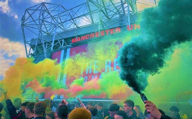 Man Utd – Liverpool: CĐV làm loạn, trận derby nước Anh buộc phải hoãn