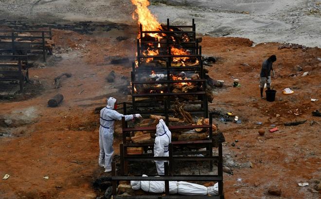 """Tài khoản mạng Trung Quốc """"khoe"""" thành tích quốc gia cạnh ảnh hỏa táng nạn nhân Covid ở Ấn"""