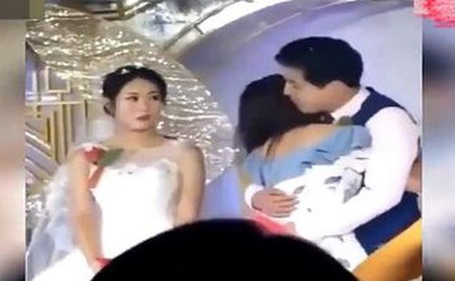Đám cưới đang diễn ra thì xuất hiện 1 cô gái trẻ tiến đến ôm chú rể thắm thiết, cô dâu lạc lõng đứng bên cạnh như người thừa