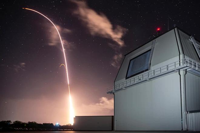 """Tàu trinh sát Nga bất ngờ xuất hiện: Tên lửa Mỹ """"hoảng hồn"""", bắn trượt mục tiêu? - Ảnh 1."""