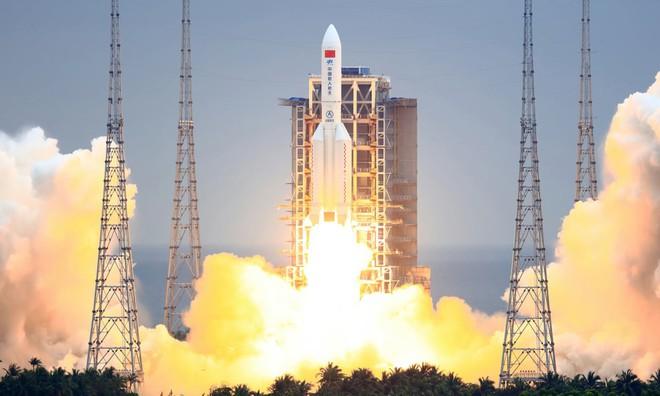 Tên lửa Trung Quốc mất kiểm soát sắp lao xuống Trái Đất, Mỹ theo dõi sát diễn biến - Ảnh 1.