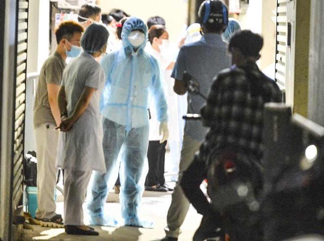 Hà Nội: Điều tra dịch tễ xuyên đêm tại nơi nam thanh niên dương tính SARS-CoV-2 sinh sống - Ảnh 7.