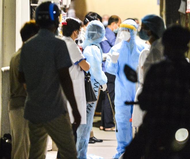 Hà Nội: Điều tra dịch tễ xuyên đêm tại nơi nam thanh niên dương tính SARS-CoV-2 sinh sống - Ảnh 8.
