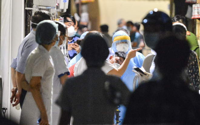 Hà Nội: Điều tra dịch tễ xuyên đêm tại nơi nam thanh niên dương tính SARS-CoV-2 sinh sống - Ảnh 9.