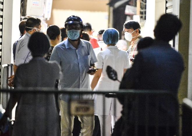 Hà Nội: Điều tra dịch tễ xuyên đêm tại nơi nam thanh niên dương tính SARS-CoV-2 sinh sống - Ảnh 2.