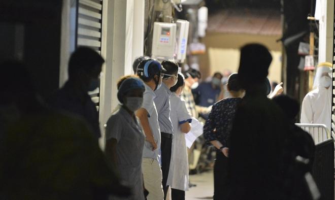 Hà Nội: Điều tra dịch tễ xuyên đêm tại nơi nam thanh niên dương tính SARS-CoV-2 sinh sống - Ảnh 5.