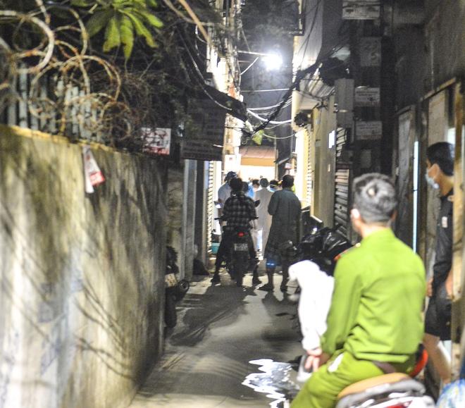 Hà Nội: Điều tra dịch tễ xuyên đêm tại nơi nam thanh niên dương tính SARS-CoV-2 sinh sống - Ảnh 6.