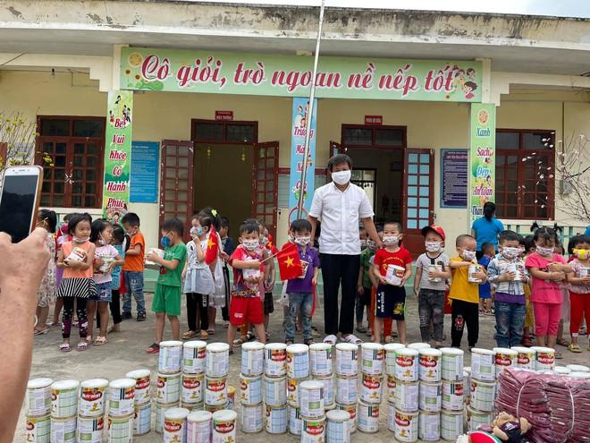 Ông Đoàn Ngọc Hải tự tay mua 50kg thịt heo loại ngon nhất  cho các bé ăn dần ở Na Rì - Bắc Kạn - Ảnh 2.