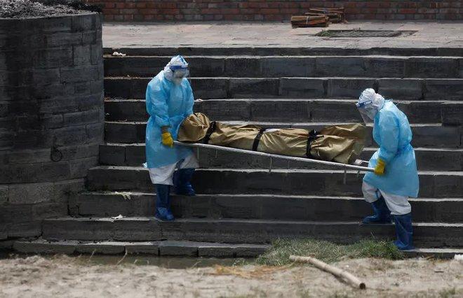 Sau Ấn Độ, Nepal hỏa thiêu nạn nhân COVID-19 ngoài trời - Ảnh 1.