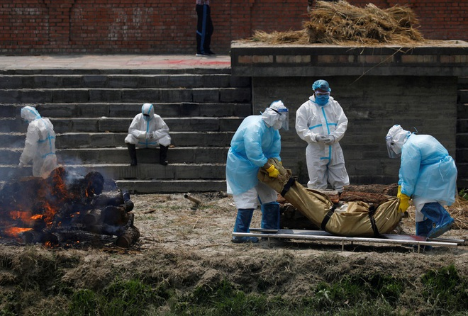 Sau Ấn Độ, Nepal hỏa thiêu nạn nhân COVID-19 ngoài trời - Ảnh 2.