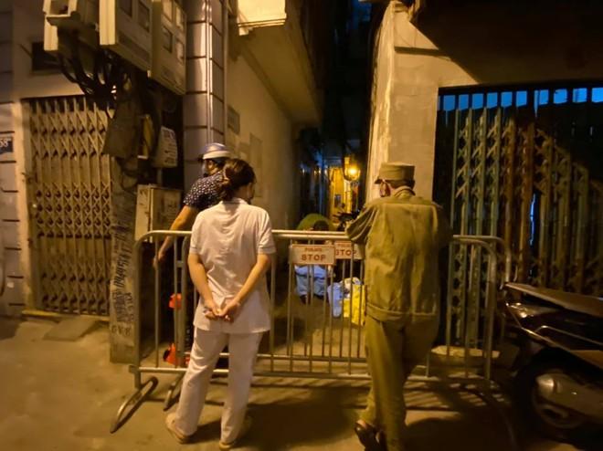 Hà Nội: Phong tỏa tạm thời con hẻm trên phố Kim Mã, nơi ở của bác sĩ dương tính với SARS-CoV-2 - Ảnh 2.