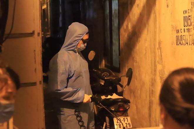 Hà Nội: Phong tỏa tạm thời con hẻm trên phố Kim Mã, nơi ở của bác sĩ dương tính với SARS-CoV-2 - Ảnh 6.
