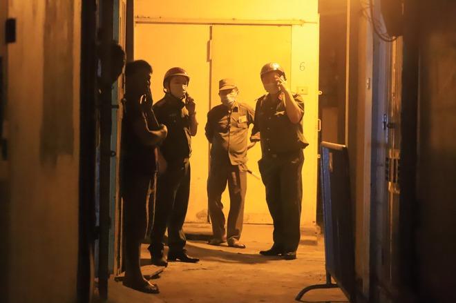 Hà Nội: Phong tỏa tạm thời con hẻm trên phố Kim Mã, nơi ở của bác sĩ dương tính với SARS-CoV-2 - Ảnh 4.