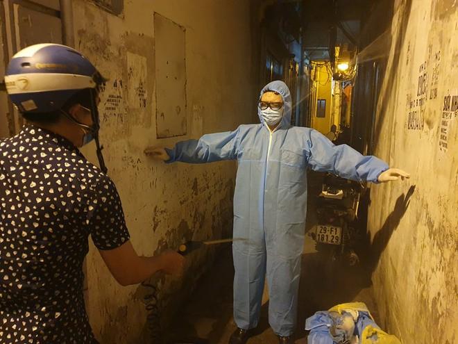 Hà Nội: Phong tỏa tạm thời con hẻm trên phố Kim Mã, nơi ở của bác sĩ dương tính với SARS-CoV-2 - Ảnh 5.