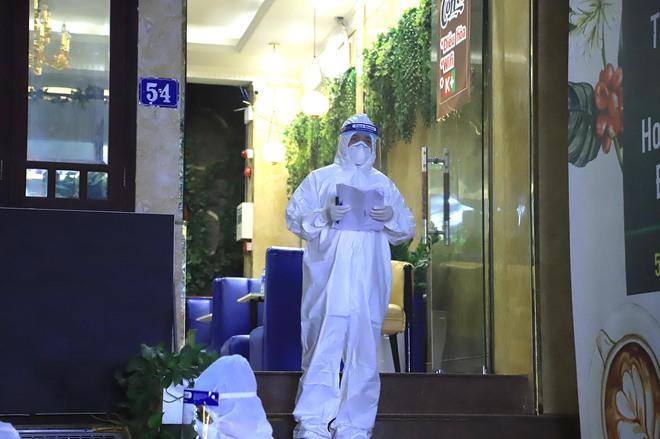Hà Nội: Phong tỏa tạm thời con hẻm trên phố Kim Mã, nơi ở của bác sĩ dương tính với SARS-CoV-2 - Ảnh 7.