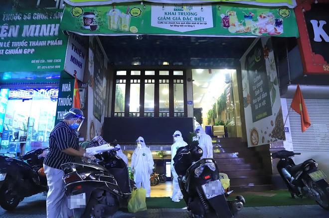 Hà Nội: Phong tỏa tạm thời con hẻm trên phố Kim Mã, nơi ở của bác sĩ dương tính với SARS-CoV-2 - Ảnh 9.