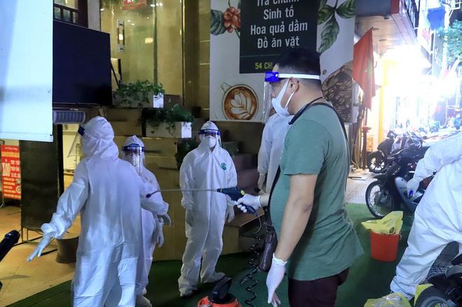 Hà Nội: Phong tỏa tạm thời con hẻm trên phố Kim Mã, nơi ở của bác sĩ dương tính với SARS-CoV-2 - Ảnh 8.