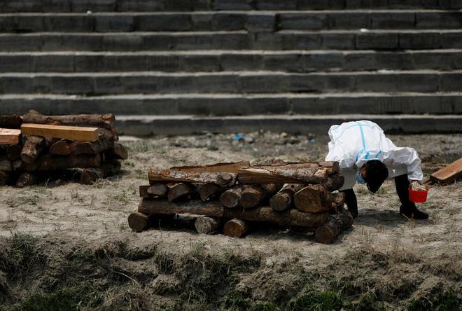 Sau Ấn Độ, Nepal hỏa thiêu nạn nhân COVID-19 ngoài trời - Ảnh 3.
