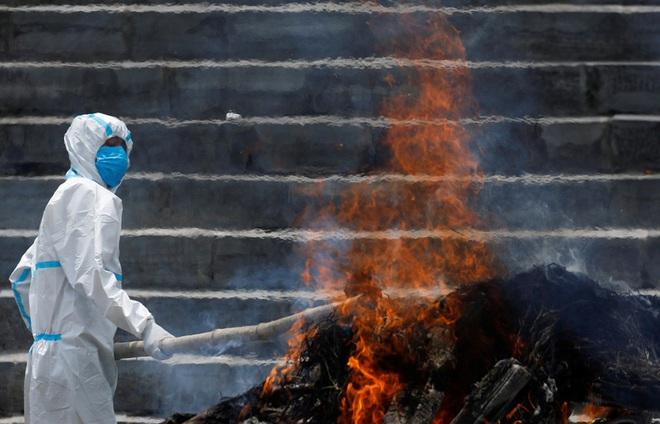 Sau Ấn Độ, Nepal hỏa thiêu nạn nhân COVID-19 ngoài trời - Ảnh 5.