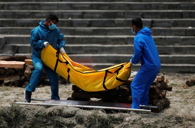 Sau Ấn Độ, Nepal hỏa thiêu nạn nhân COVID-19 ngoài trời - Ảnh 6.