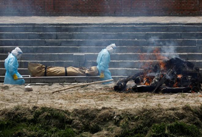 Sau Ấn Độ, Nepal hỏa thiêu nạn nhân COVID-19 ngoài trời - Ảnh 7.