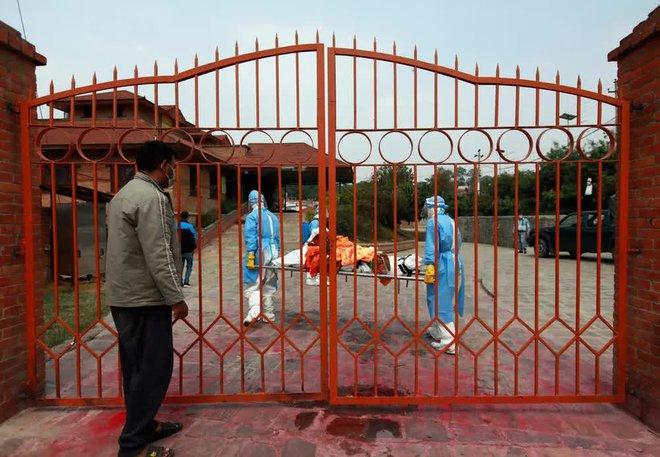 Sau Ấn Độ, Nepal hỏa thiêu nạn nhân COVID-19 ngoài trời - Ảnh 8.