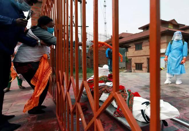 Sau Ấn Độ, Nepal hỏa thiêu nạn nhân COVID-19 ngoài trời - Ảnh 9.