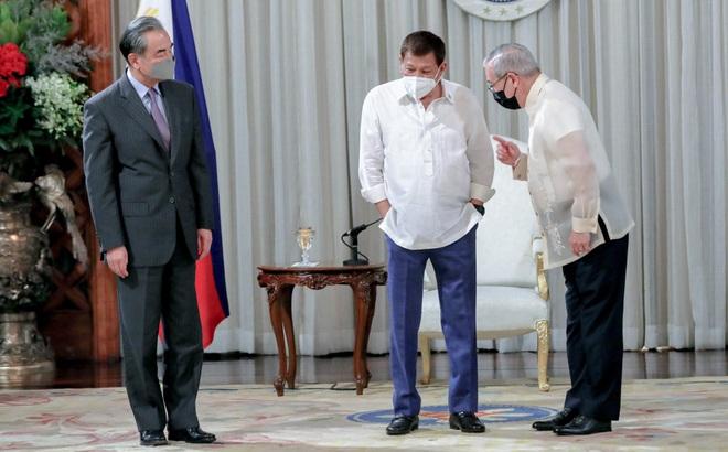 Chịu hết nổi, Ngoại trưởng Philippines mạt sát Trung Quốc bằng từ cực mạnh: Get the f*** out!
