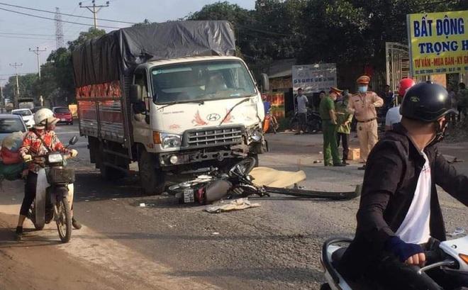 Hà Nội: 2 thanh niên tử vong khi xe máy đấu đầu xe tải