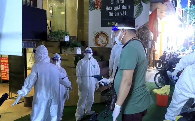 Bác sĩ BV Bệnh Nhiệt đới TƯ dương tính với SARS-CoV-2: Xác định 11 F1, phong tỏa khu vực nhà trong đêm