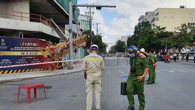 Cần cẩu nặng hàng tấn rơi từ tầng 20 xuống đất, nhiều người thoát nạn - Ảnh 2.