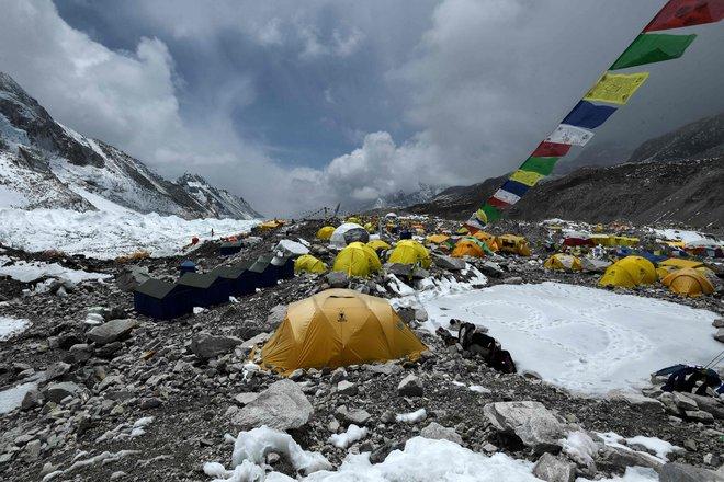 COVID-19 đã leo lên đỉnh núi cao nhất thế giới: Hàng trăm người ɓị cách ly trong tình trạng khắc nghiệt - Ảnh 1.